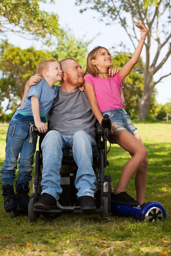 轮椅的残疾父亲 免版税库存照片