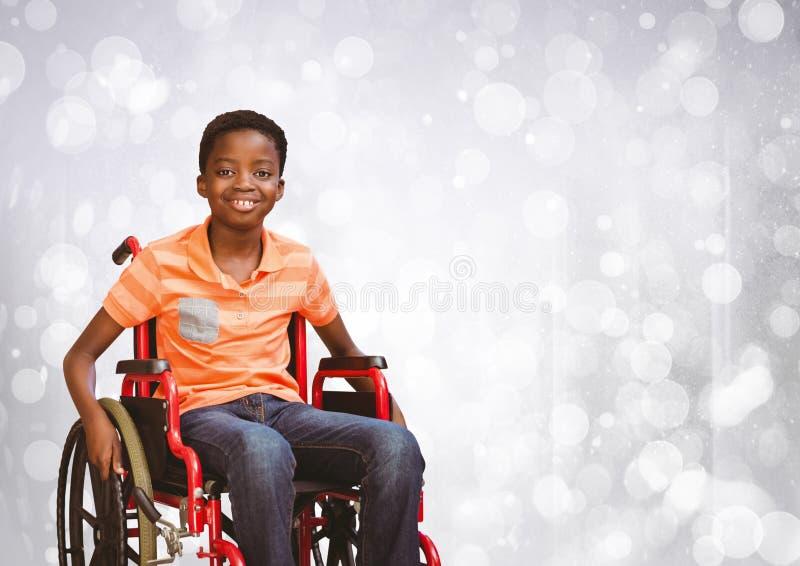轮椅的残疾男孩有明亮的闪耀的bokeh背景 免版税库存图片