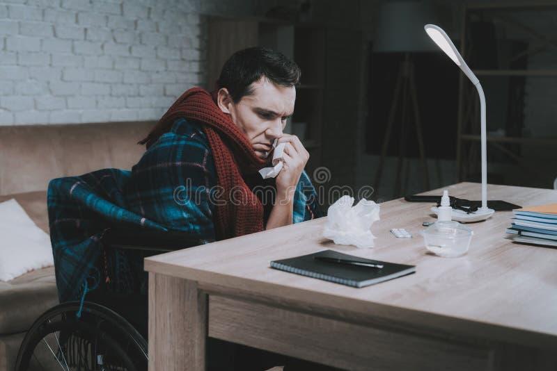 轮椅的残疾病的年轻人在家 免版税库存图片