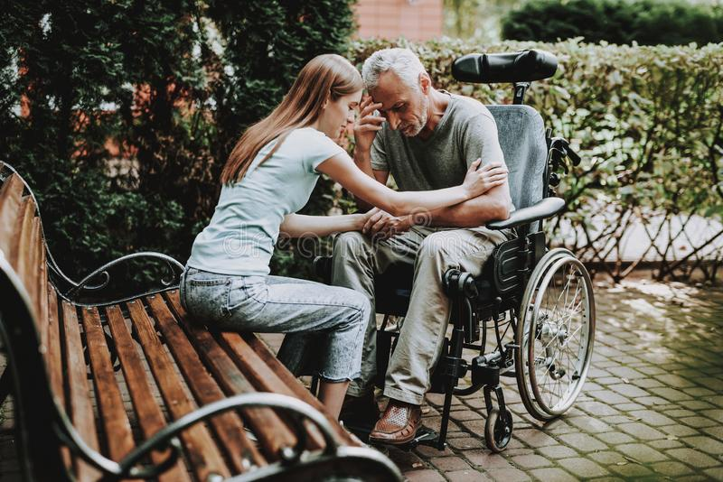 轮椅的老人花费与女孩的时间 库存照片