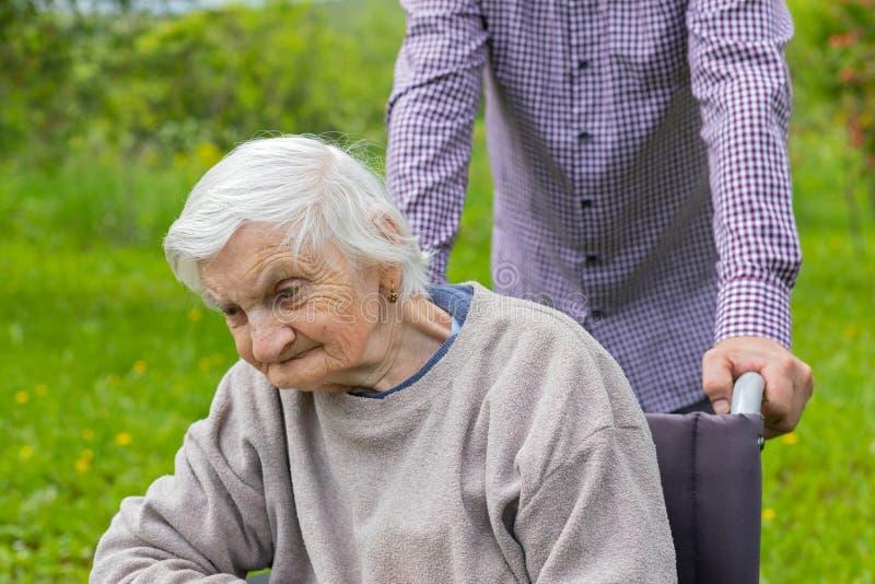 轮椅的老妇人 免版税库存照片