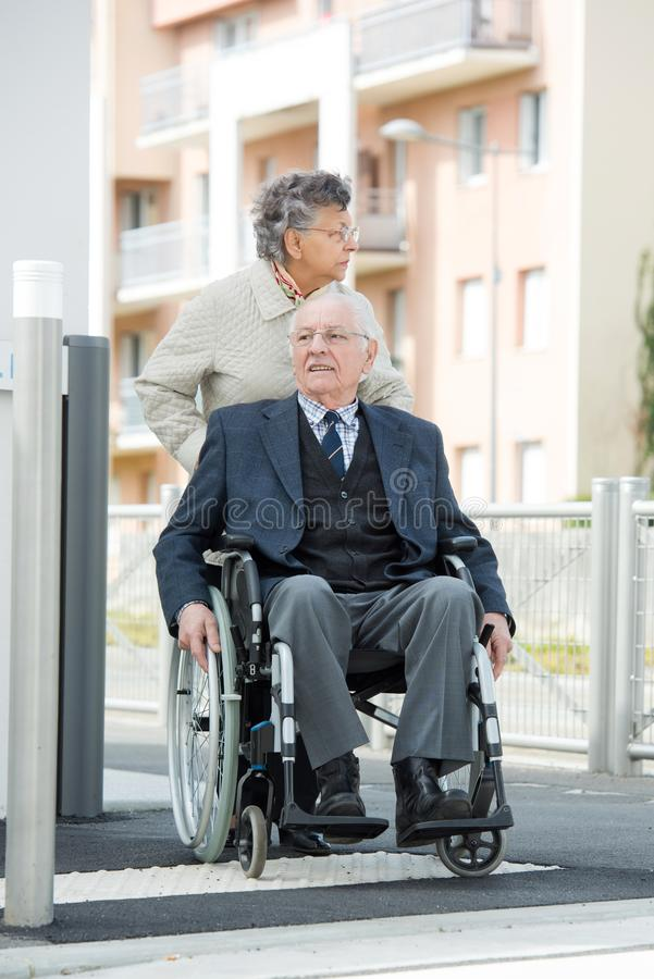 轮椅老夫妻 图库摄影
