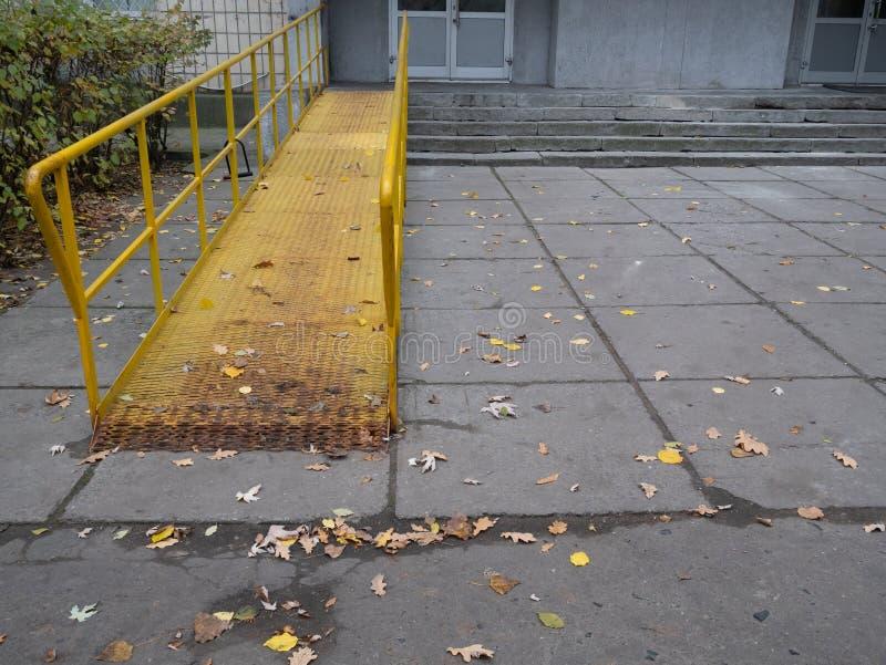 轮椅障碍人们的舷梯办公楼的 免版税库存图片