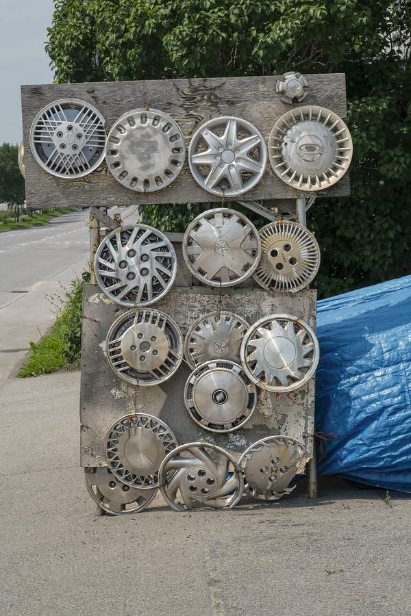 轮毂罩在路旁边签字 图库摄影