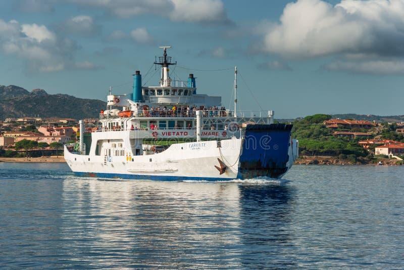 轮渡到拉马达莱娜海岛在撒丁岛,意大利 库存照片