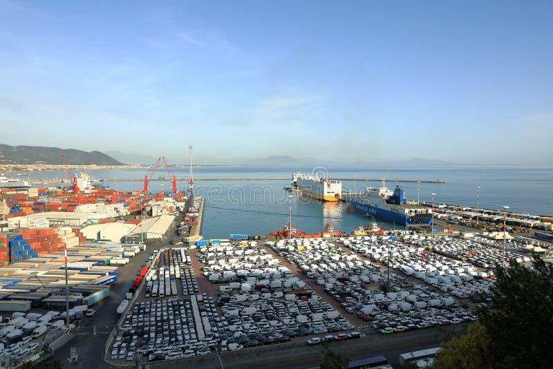 轮渡和汽车在萨莱诺,阿马尔菲海岸,意大利港  免版税库存照片