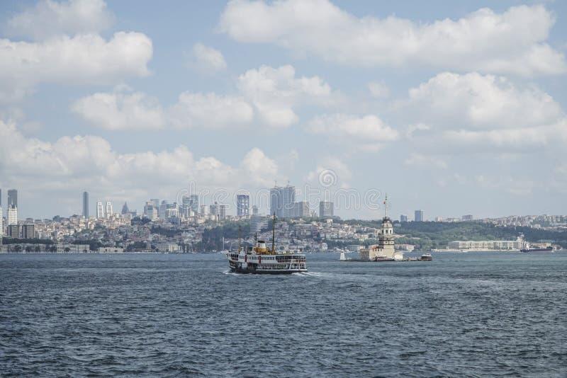 轮渡在伊斯坦布尔,土耳其通过在海的少女` s塔 库存图片