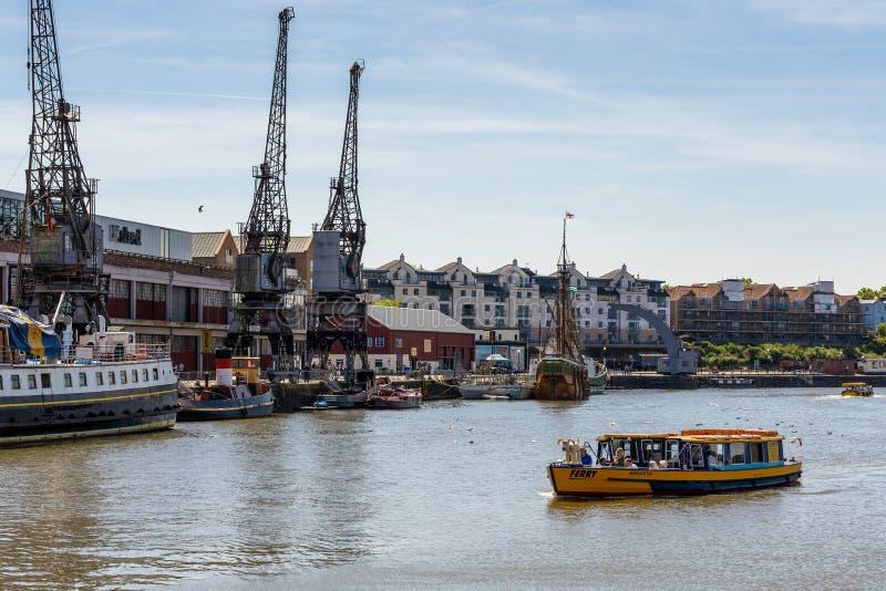 轮渡横穿雅芳河在2019年5月14日布里斯托尔 r 库存照片