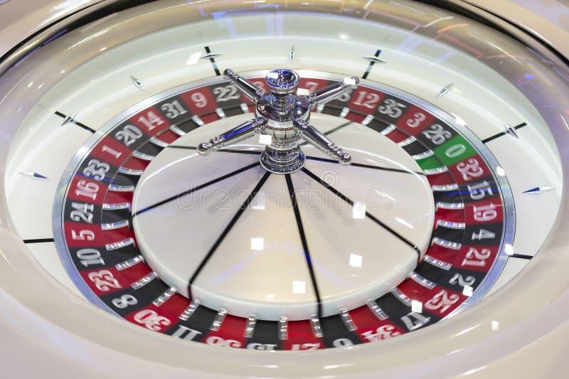 轮盘赌桌在现代的赌博娱乐场 免版税库存图片