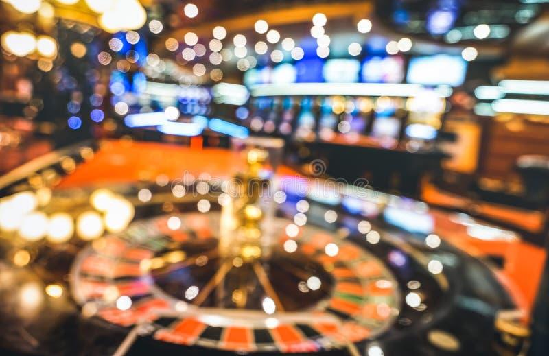 轮盘赌被弄脏的defocused背景在赌博娱乐场交谊厅的 免版税库存照片