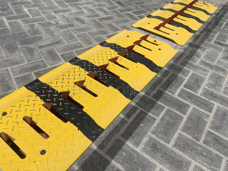 轮胎切菜机在出口的安全障碍 免版税图库摄影