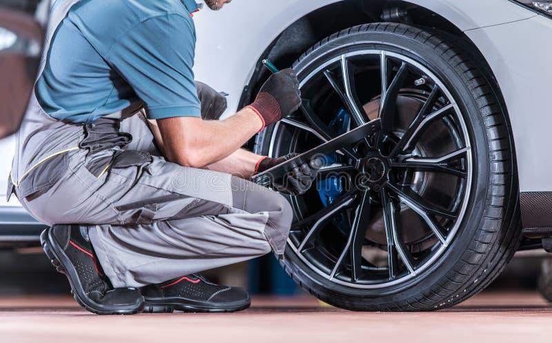轮胎和轮子检查 免版税库存照片