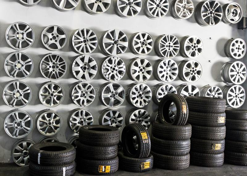 轮胎存放用不同的种类轮子 免版税图库摄影