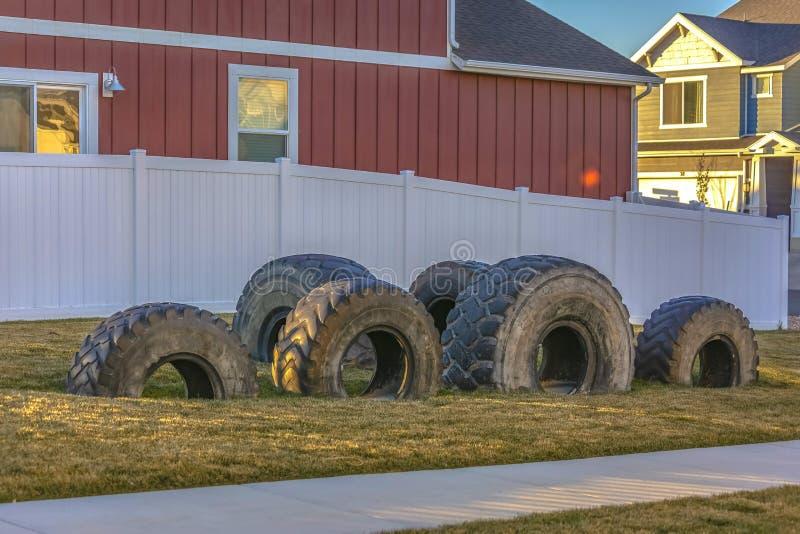 轮胎被回收入孩子的小操场 库存图片