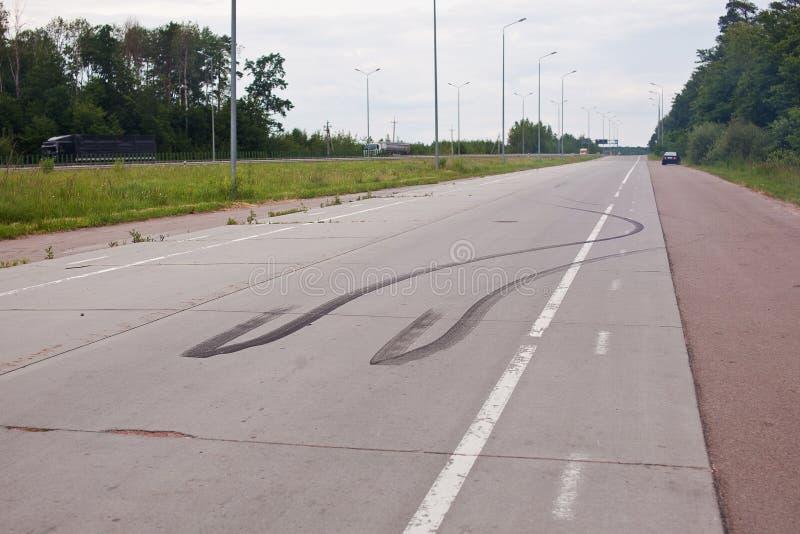 轮胎踪影在沥青的 免版税库存图片