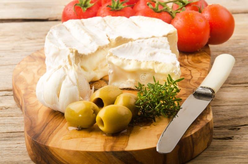 软制乳酪用橄榄、蕃茄和大蒜 库存图片