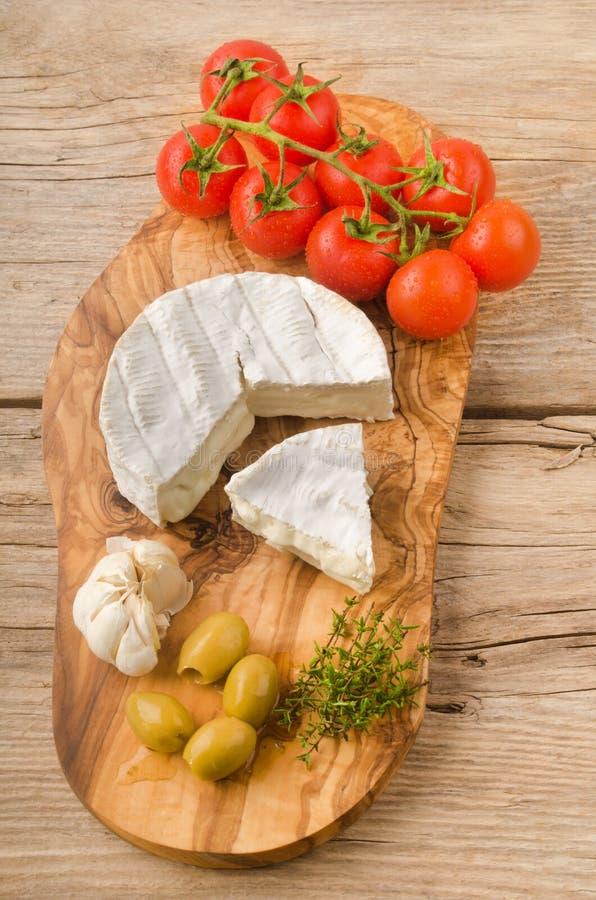 软制乳酪用橄榄、蕃茄和大蒜 免版税图库摄影