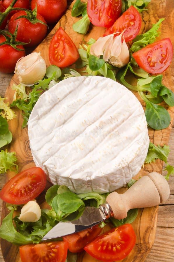 软制乳酪用沙拉、蕃茄、大蒜和麝香草在木板 库存照片
