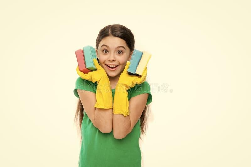 软和五颜六色 在橡胶手套的小管家藏品盘海绵 可爱的厨房佣人 一点佣人 免版税库存照片