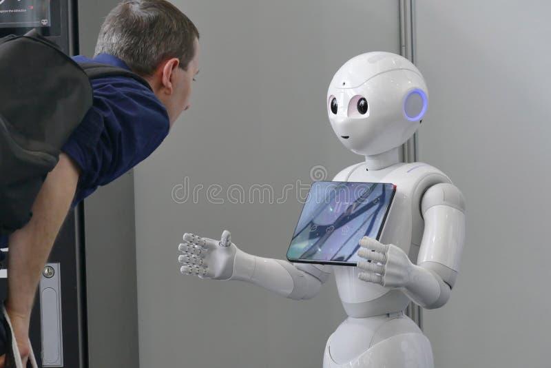 软库集团在公平的自动化的胡椒机器人 免版税库存照片