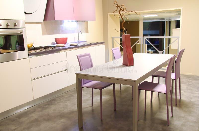 软的奶油和粉红色的现代厨房 库存照片