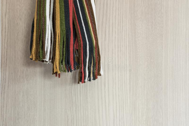 软的木表面上的五颜六色的围巾 库存照片