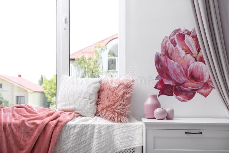 软的枕头和格子花呢披肩在窗口基石 放松的舒适地方 免版税库存图片