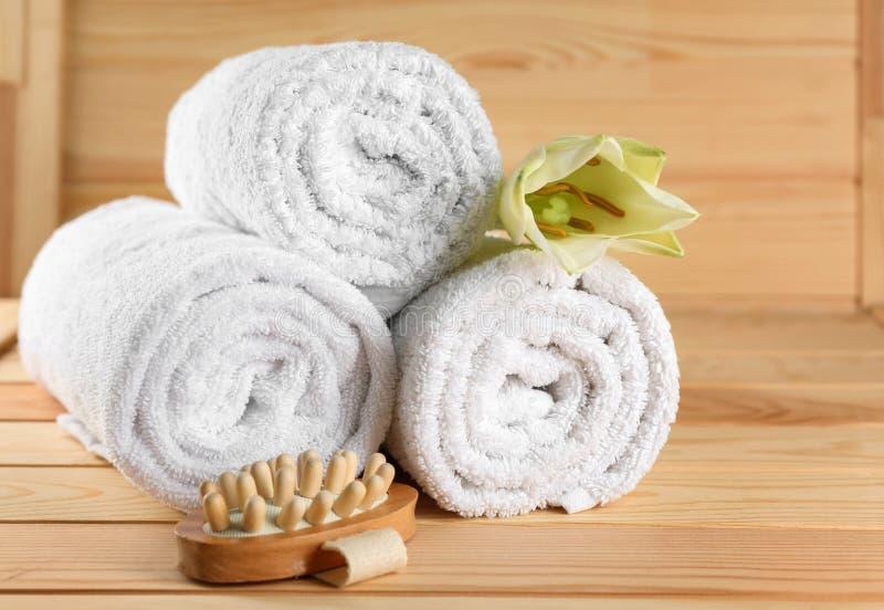 软的毛巾和按摩工具在木桌上 免版税库存图片