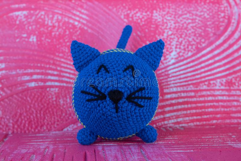 软的被编织的玩具猫 ?? 蓝色 库存照片
