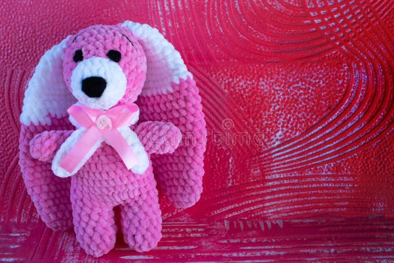 软的钩针编织玩具野兔 与白色的桃红色 库存照片