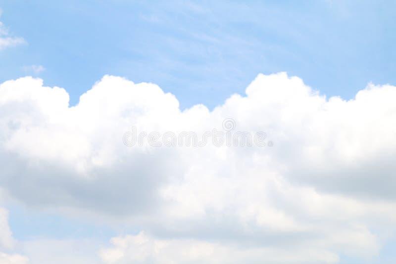 软绵绵地蓝色被弄脏的天空的明白和大云彩白色,天空cloudscape蓝色颜色淡色样式,背景天空的天空云彩白色软性 免版税库存图片