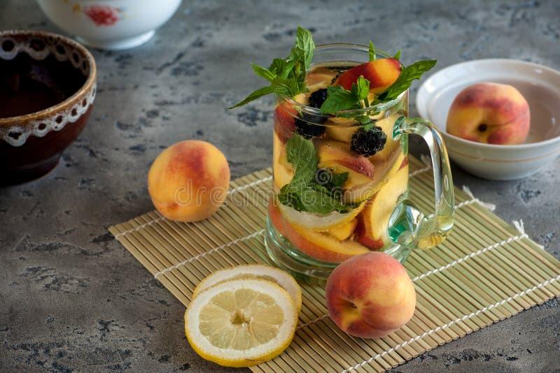 软饮料用美食冰和在glas柠檬的杯子在葡萄酒桌上v美食中国要为什么桃子图片