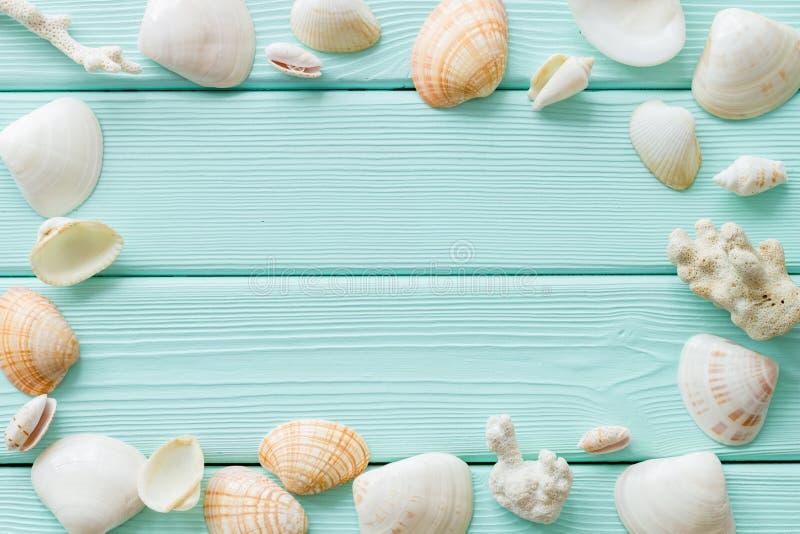 轰击博克的框架和海边在薄荷的绿色木台式视图大模型的背景或桌面 库存照片