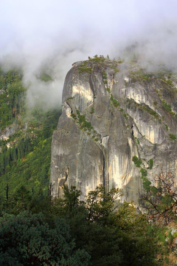 轰烈的花岗岩峭壁在优胜美地国家公园,加利福尼亚 免版税库存图片