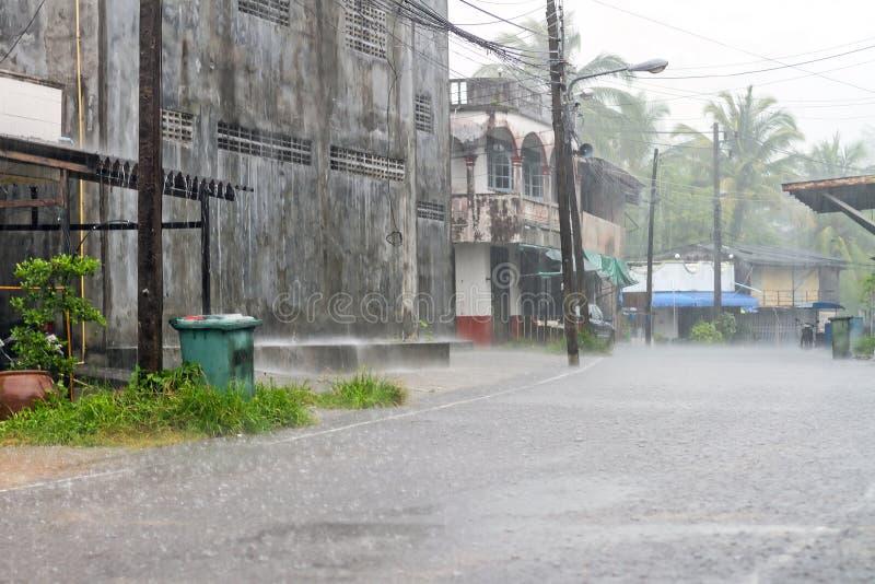 轰隆大雨的Muang城镇街道  免版税库存照片