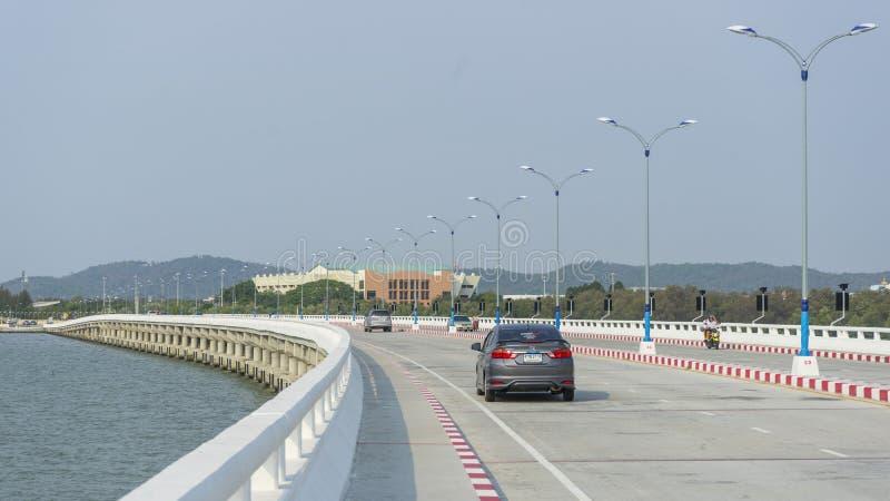 轰隆被穿过Chon Buri海湾的佐井春武里市桥梁看法  免版税库存照片