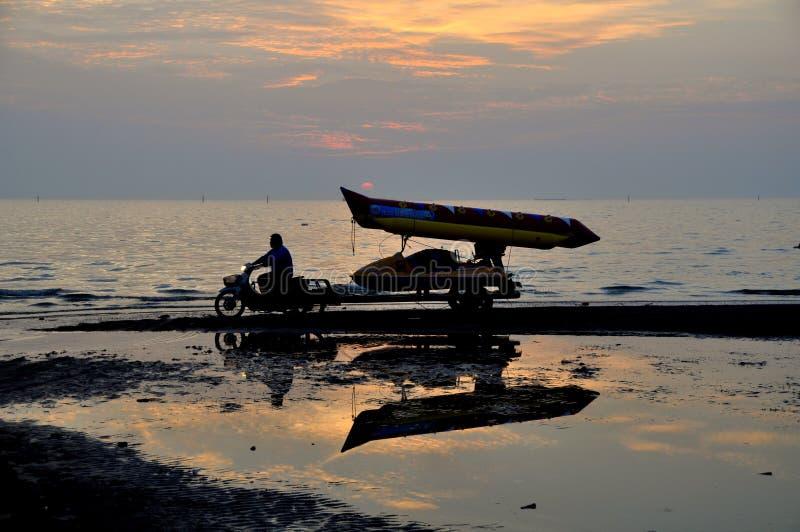 轰隆Saen,泰国:拉扯沿海滩的司机香蕉船 免版税库存照片