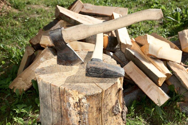 轴剪切火锤子分裂的木头 免版税库存照片