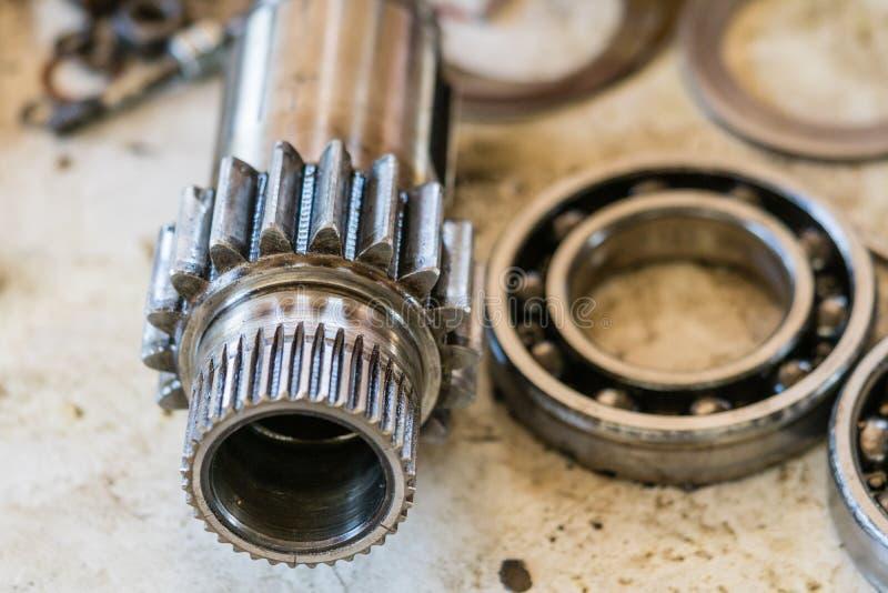 轴齿轮和滚珠轴承 机械或汽车零件修理概念 免版税图库摄影