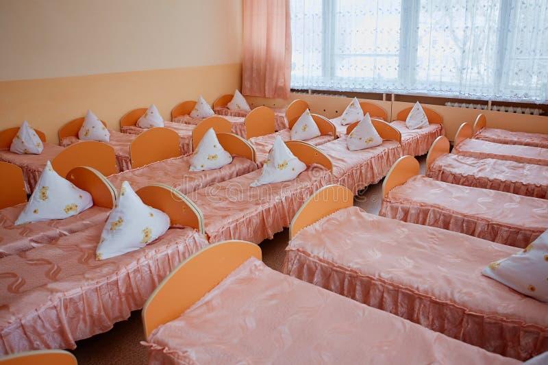 轻便小床在幼儿园 孤儿院或寄宿学院 床在寄宿学院中或在孤儿院 库存图片
