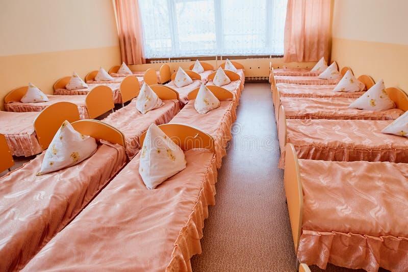 轻便小床在幼儿园 孤儿院或寄宿学院 床在寄宿学院中或在孤儿院 图库摄影