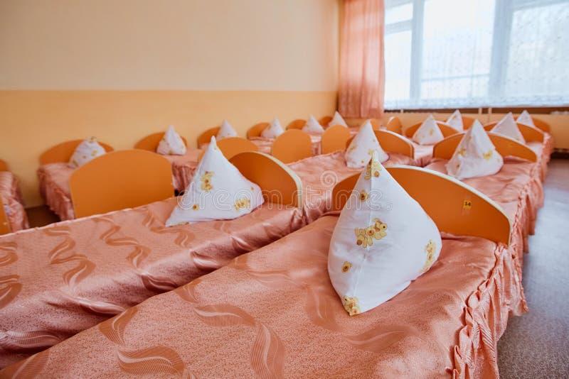 轻便小床在幼儿园 孤儿院或寄宿学院 床在寄宿学院中或在孤儿院 库存照片