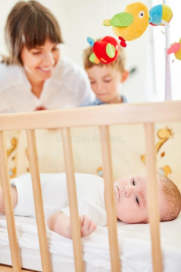 轻便小床的新生儿 免版税库存照片
