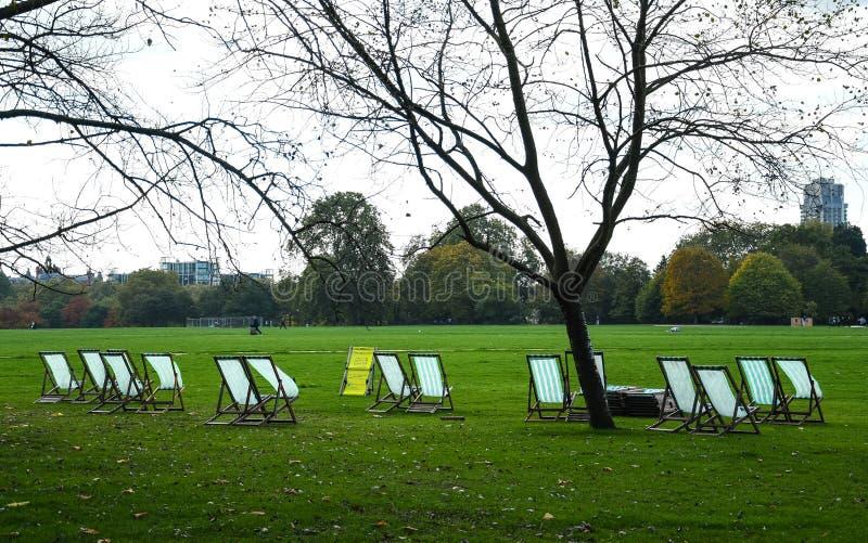 轻便折叠躺椅行在海德公园边缘的  库存照片