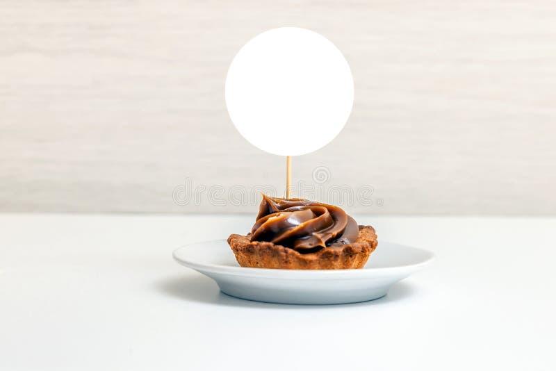 轻便短大衣大模型显示,被称呼的圆的标签杯形蛋糕大模型 库存照片