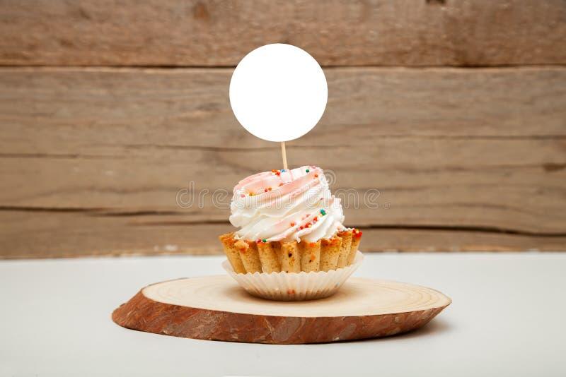 轻便短大衣大模型显示,被称呼的圆的标签杯形蛋糕大模型 免版税库存照片