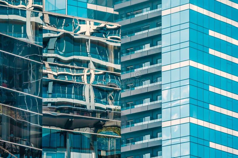 轻反射在创造有趣的当代抽象样式的现代高办公大楼玻璃窗里  免版税库存图片