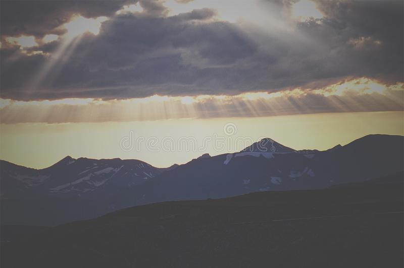 轻发光在山 库存图片