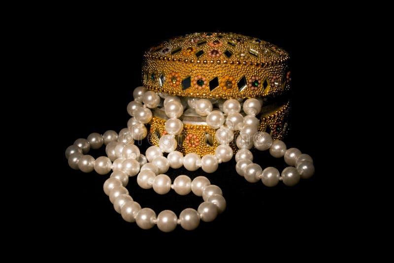 轻微成串珠状小箱被开张的珍珠 免版税库存照片