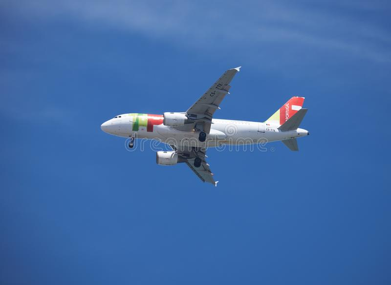 轻拍在天空的Pogtugal飞行飞机  免版税库存图片